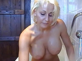 bootylicious horny bleached momma pleases with