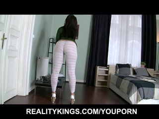 horny uk girl shows off her bigbooty for strong
