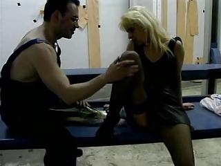 mature dans un garage en jupe noir