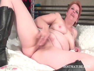 bitchy mature lady plays aperture in bunk