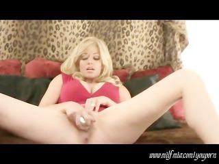 woman mia: squirts