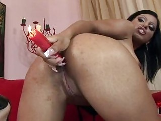 brown haired milf stuffes her awesome ass with