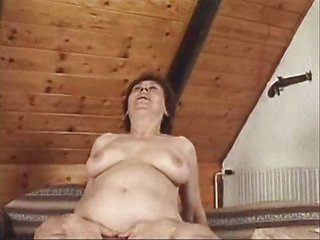 awesome grown-up babe having fuck on bed pleasing