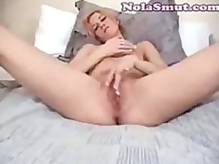 fingering my wifes dripping pussy