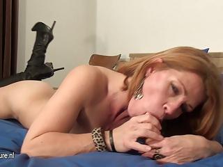 amateur lady loves to jerk off on her bedstead